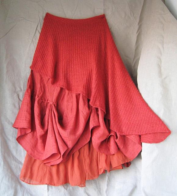 Асимметричная юбка сшита из тканей разных текстур