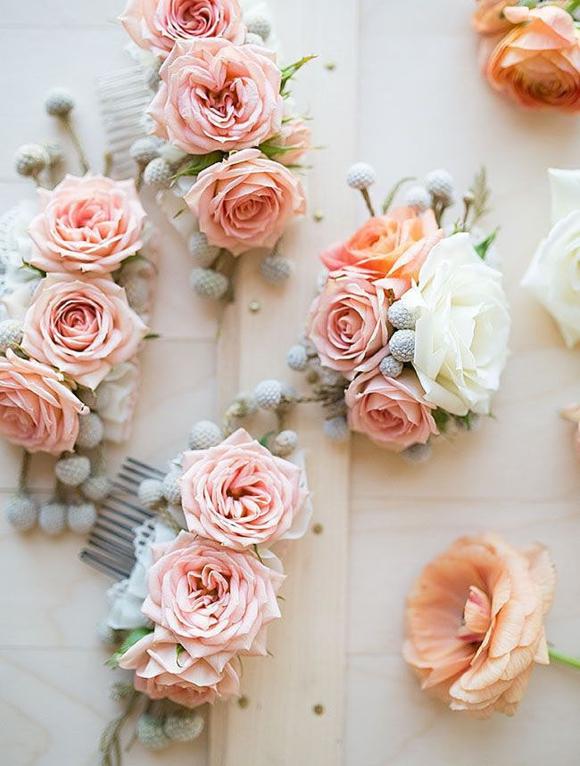 Живые цветы на гребнях