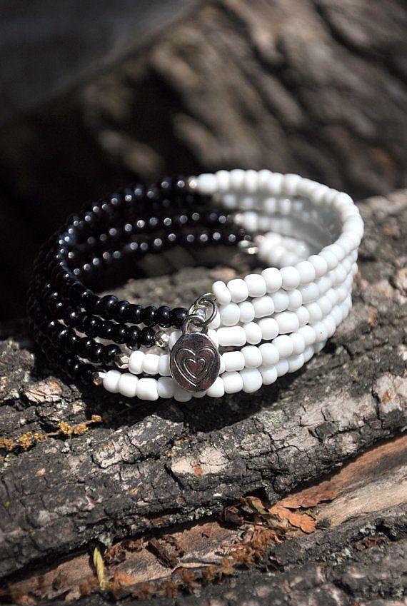 Черно-белый браслет