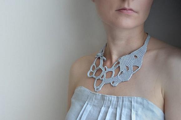 Необычное вязаное украшение