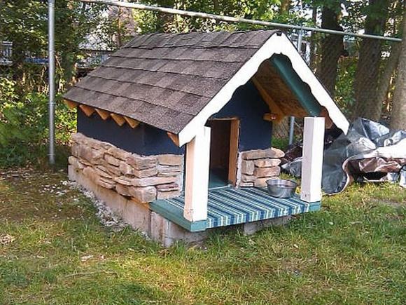 Крепкий каменный дом для собаки