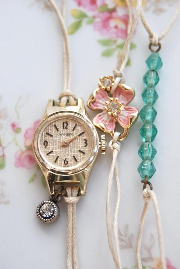 Часы в комплкте браслетов