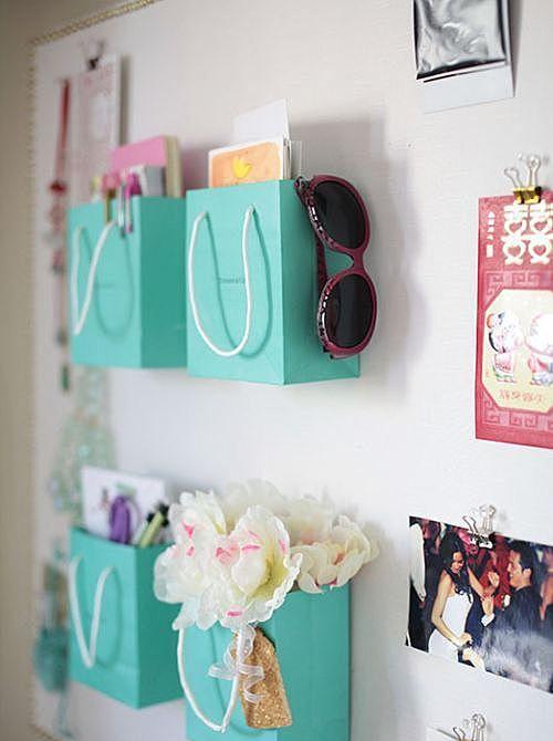 Бумажные сумки на стене