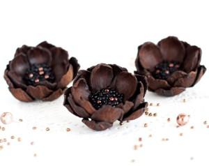 Брошь-цветок глубокого коричневого цвета
