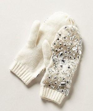 Белые рукавицы с декором