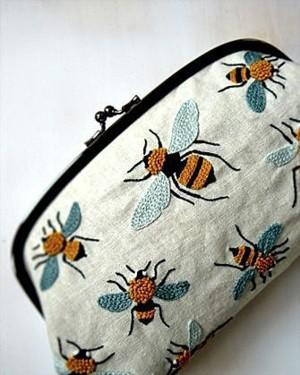 Вышитые пчелки