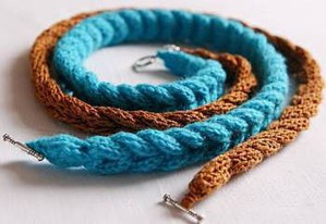 Простые вязаные браслеты