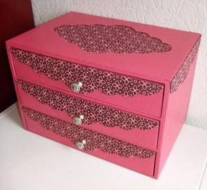 Яркий розовый комод