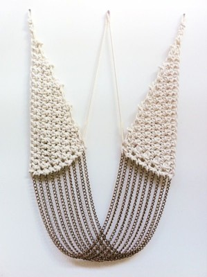 Вязаное колье с цепочками