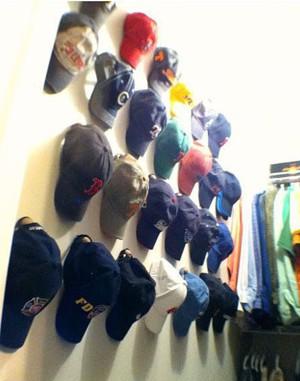 Коллекция кепок на стене