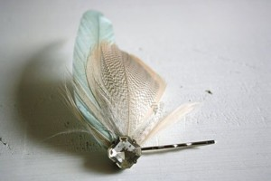 Заколка-невидимка с перьями