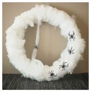 Белый венок с пауками