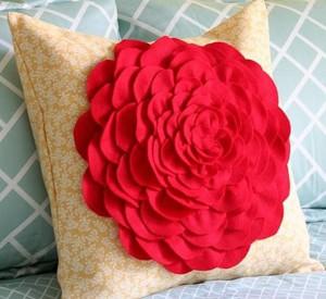 Огромный цветок на подушке