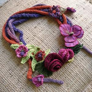 Вязаное колье с цветами