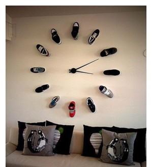 Огромные часы прямо на стене