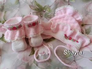 Комплект для новорождённых,пинетки,чепчик,спицами,на заказ.