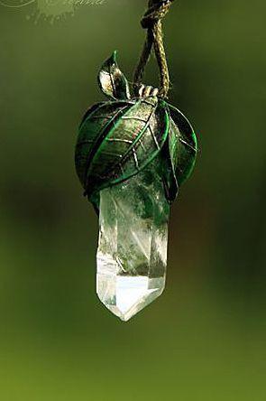 Кулон с кристалом и полимерной глиной