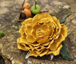 Брошь в виде жёлтой розы