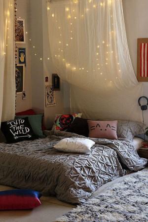 Гирлянда и навесы над кроватью