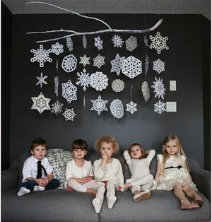 Бумажные снежинки на стене