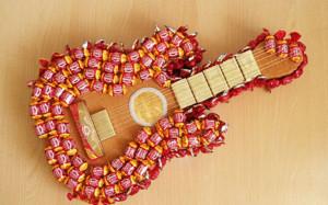 Гитара из конфет