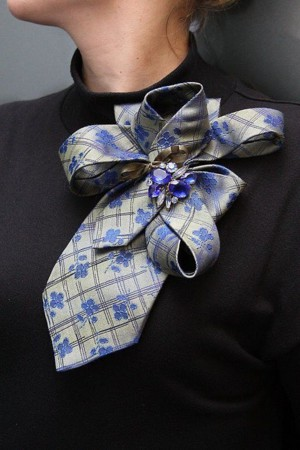 Брошь из галстука