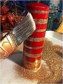 Красная с золотом свеча