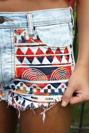 Рисунок на джинсовых шортах