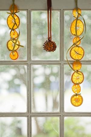 Цитрусовые герлянды на окне