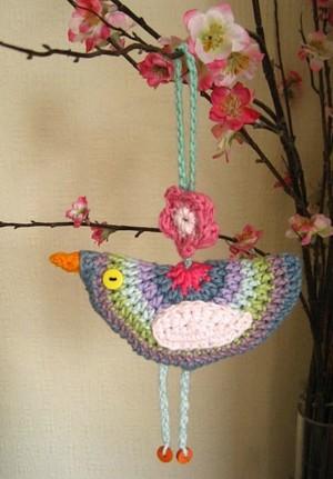 красивая вязанная птичка.